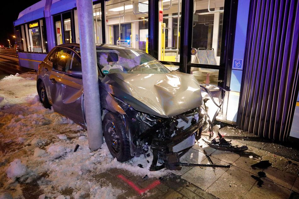 Total zerstört! Ein VW-Fahrer krachte am Montagabend mit einer Straßenbahn auf der Stollberger Straße in Chemnitz zusammen.
