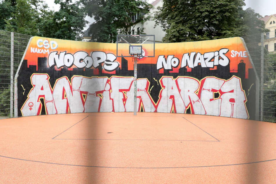 Was soll mit der Graffiti-Wand in Connewitz passieren? Der Leipziger Stadtrat will die Fläche nun neu gestalten. Natürlich kam die Debatte darüber nicht ohne heftige Diskussionen aus. (Archivbild)