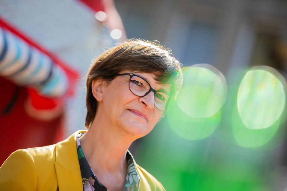 Saskia Esken, Parteivorsitzende der SPD, steht bei der Sommerreise der SPD-Spitze bei einer Wahlkampfveranstaltung in der Innenstadt.