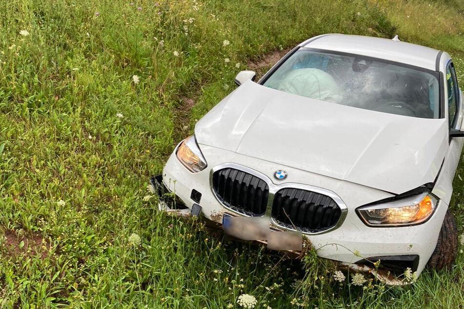Der verunfallte BMW steht neben der A38 im Graben.