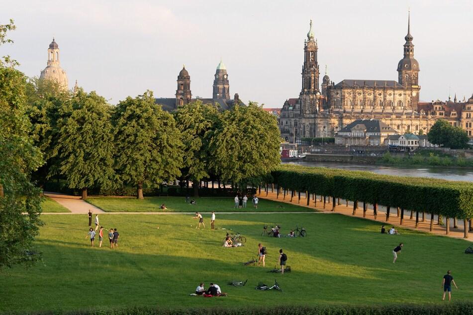 Am Ufer der Elbe vor der Kulisse der barocken Dresdner Altstadt mit der Frauenkirche werden sich auch in dieser Woche wieder viele Menschen tummeln.