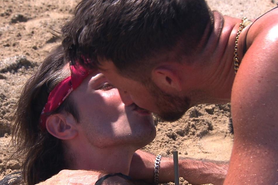 """Als """"Belohnung"""" erbettelt sich die Teilzeit-Dragqueen einen Kuss von Prinz Alex (r.)."""