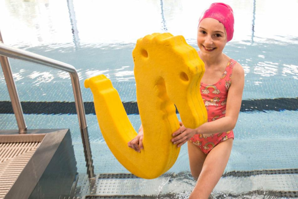 Endlich geschafft: Larissa (8) mit Schwimmabzeichen.