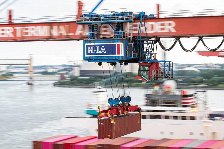 Ein Container wird auf dem Container Terminal Altenwerder im Hamburger Hafen mit einer Containerbrücke auf ein Schiff geladen. (Symbolfoto)