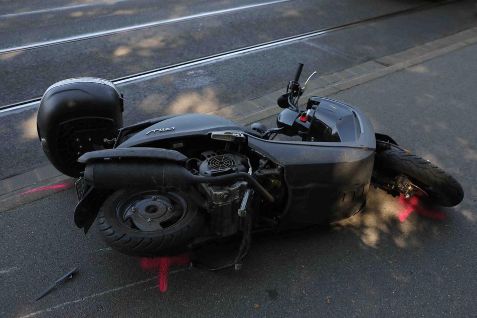 Der Fahrer des Motorrollers zog sich schwere Verletzungen zu.