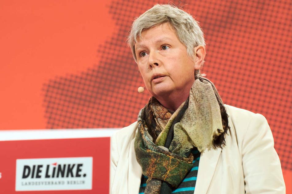 Katina Schubert (59) hält eine Rede auf einem Parteitag. Die Berliner Landesvorsitzende der Linken hält bezahlbares Wohnen für ein zentrales Thema im anstehenden Wahlkampf.