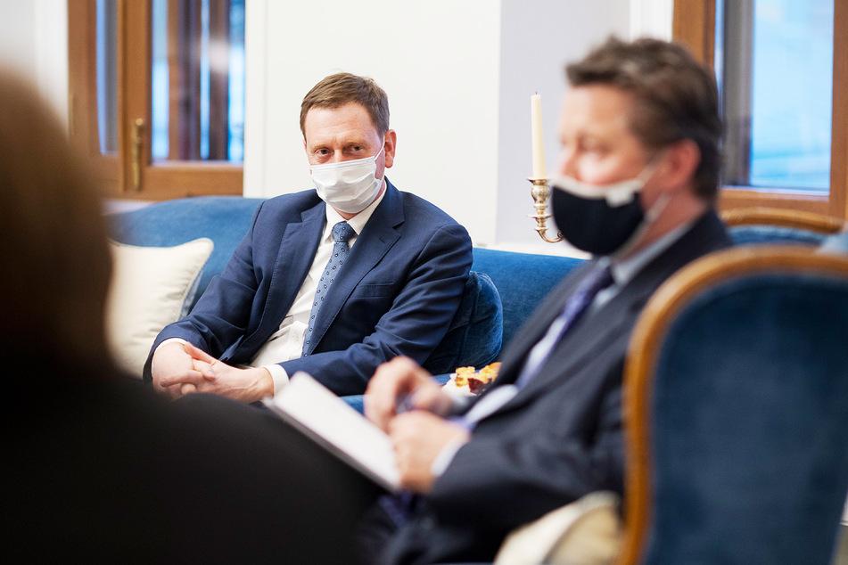 Michael Kretschmer (45, CDU, l.), Ministerpräsident von Sachsen, beim Briefing durch Geza Andreas von Geyr (59), deutscher Botschafter in Russland.