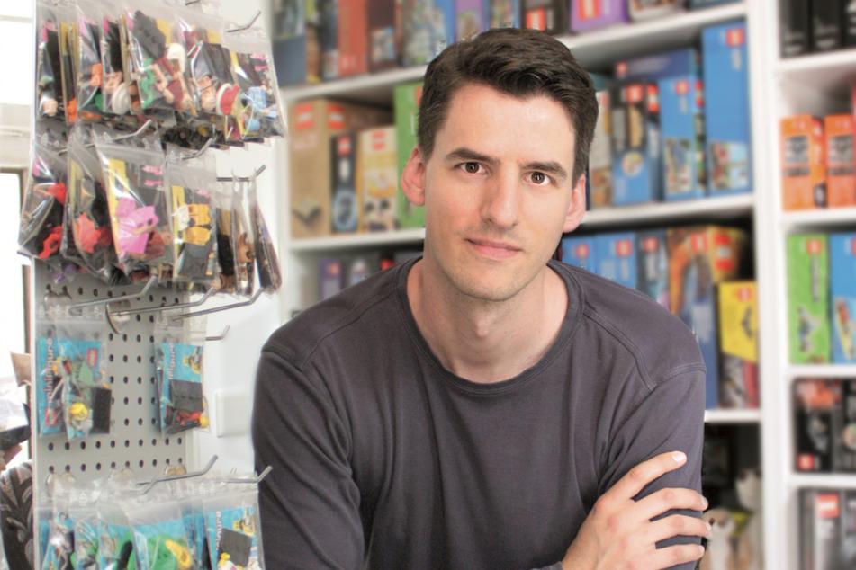 Der Youtuber Thomas Panke steht in seinem Laden, in dem er unter anderem Lego-Produkte verkauft.
