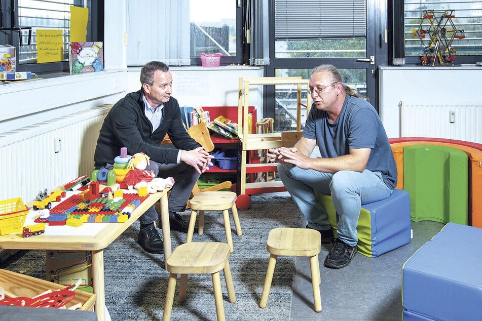 """Bürgermeister Jan Donhauser (52, l.) beim Gespräch mit Sozialarbeiter Sören Bär (46) im Familientreff """"Puzzle"""" in Gorbitz."""