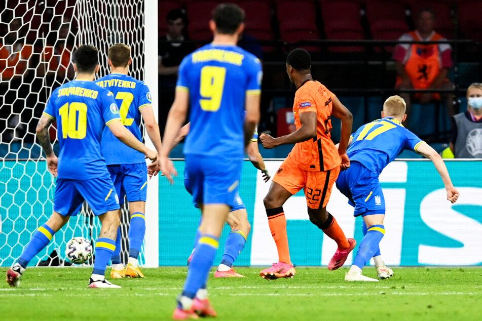 Die Entscheidung! Denzel Dumfries (2.v.r.) setzt sich mit Wucht und Willen gegen Oleksandr Zinchenko (r.) durch und köpft zum 3:2 für die Niederlande ein.