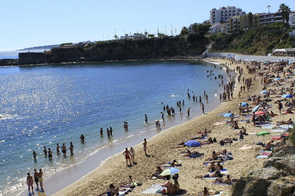 Badegäste am Strand von Sao Pedro do Estoril in Portugal.