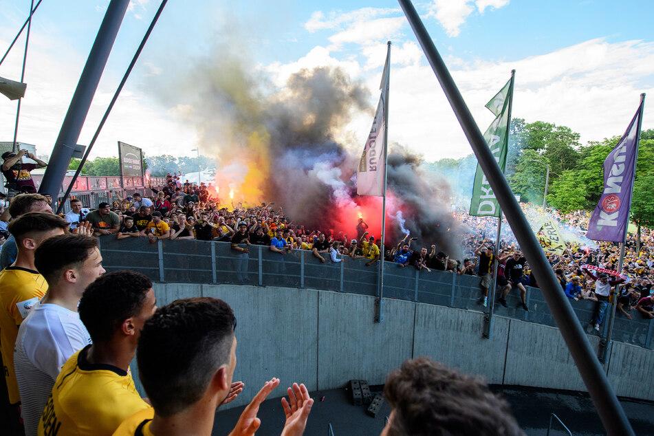 Die Polizei bereitet sich auch auf solche Szenen vor: Im Juni 2020 feierten Tausende Dresdner den Abstieg Dynamos wie einen Aufstieg.