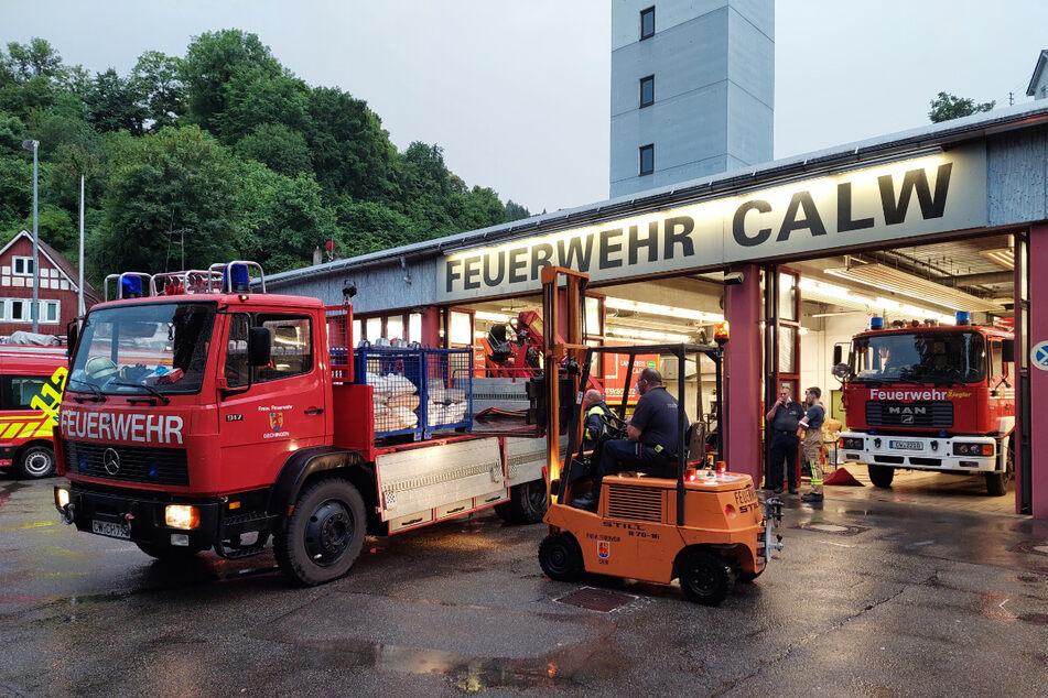 Bei der Feuerwehr in Calw wird ein Lastwagen für den Hilfseinsatz beladen.