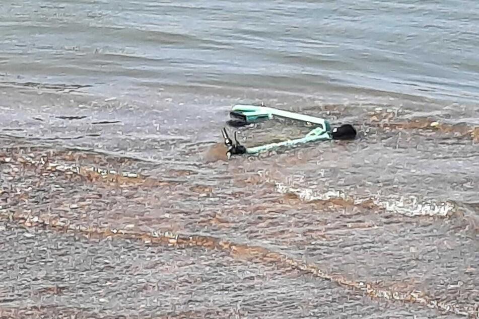 Kniffelige Bergung: Taucher fischen nur wenige E-Scooter aus dem Rhein in Köln