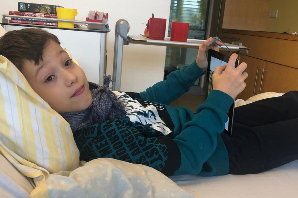 Ein Bild nur wenige Stunden nach der dramatischen Atemnot. Mattheo im Krankenbett.