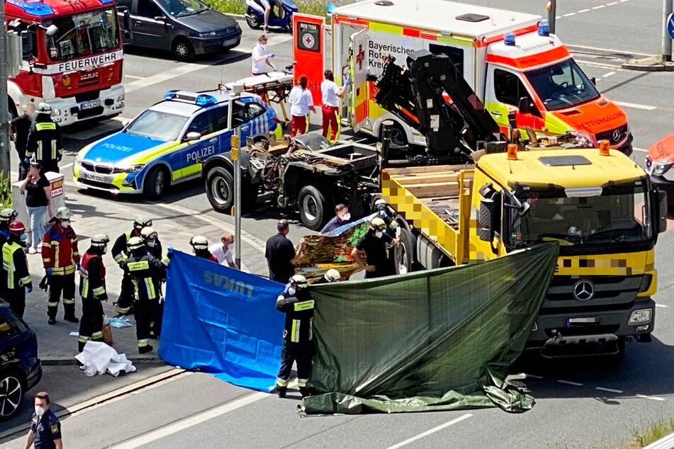 Großeinsatz für die Rettungskräfte: An einer Kreuzung in Nürnberg ist eine Radfahrerin von einem Lastwagen erfasst worden.