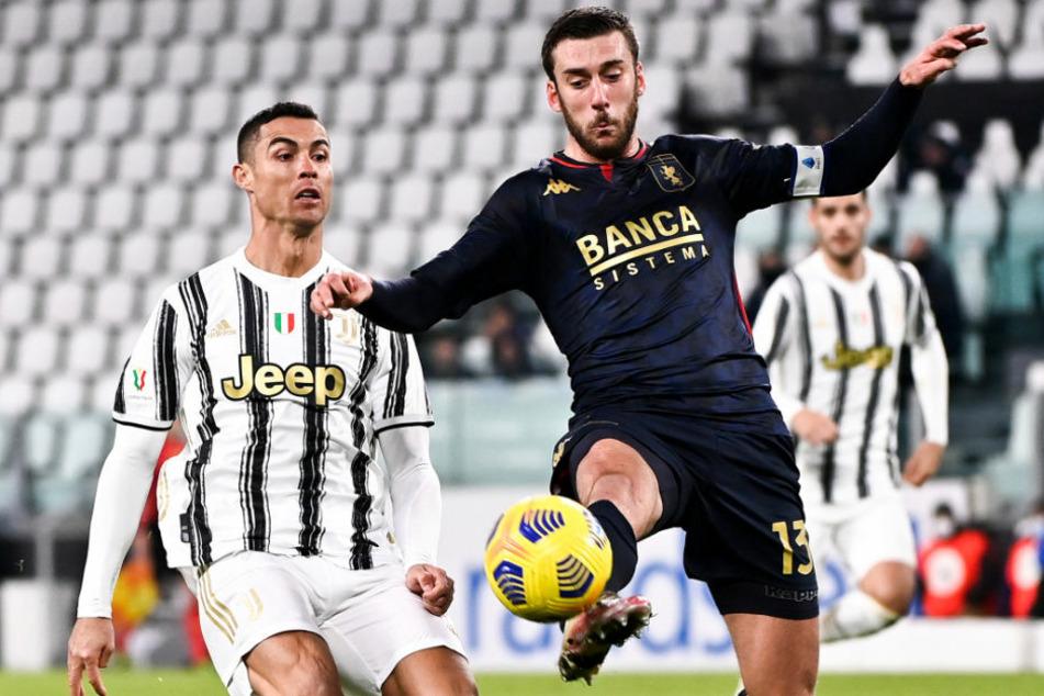 Juves Cristiano Ronaldo (35, l.) im Zweikampf mit Genuas Mattia Bani (27). Am Ende jubelten die Mannen des portugiesischen Superstars über einen sehr knappen 3:2-Sieg nach Verlängerung.