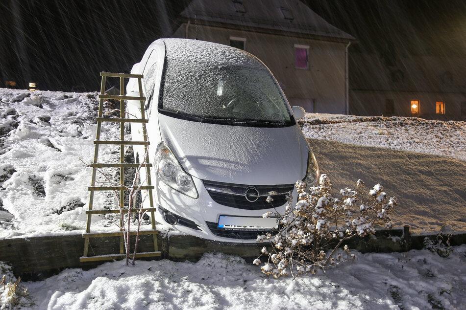 Opel kommt von Straße ab und rutscht Hang hinab