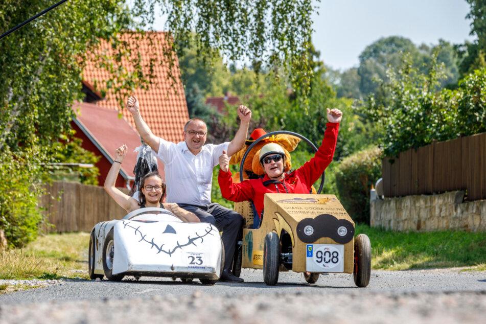 Vanessa (14) und ihr Papa Erik Schumann (53, r.) fiebern mit Rekordhalter Thomas Käfer (54) der Seifenkisten-Meisterschaft in Freital entgegen.
