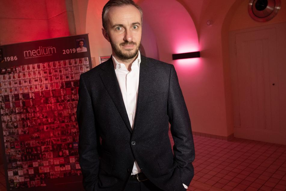 """Jan Böhmermann (40) steht bei der Preisverleihung der """"Journalistinnen und Journalisten des Jahres 2019""""."""