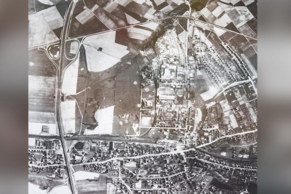 """Luftaufnahme Chemnitz 1945: Zwischen dem Rüstungswerk (Siegmar, Bildmitte) und dem Lager """"Landgraf"""" im angrenzenden Stadtteil Reichenbrand war es nur ein Katzensprung."""