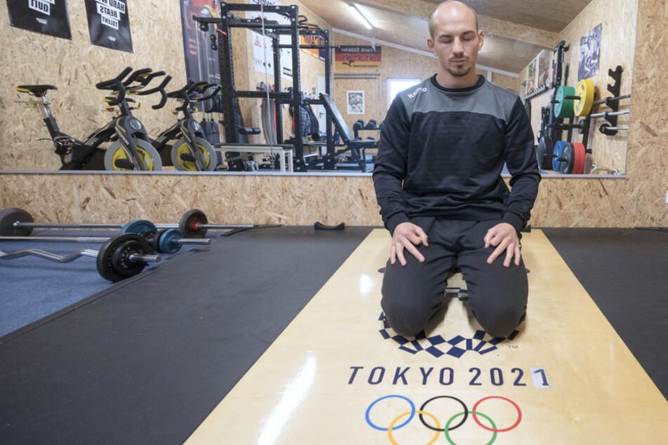Der Ringer Frank Stäbler (31) sitzt während eines Atemtrainings in einer Meditationsposition in seinem Krafttrainingsraum.