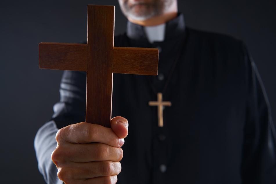 Mit Kruzifix und Weihwasser trieb Pater Gabriel Amorth Dämonen aus. (Symbolbild)