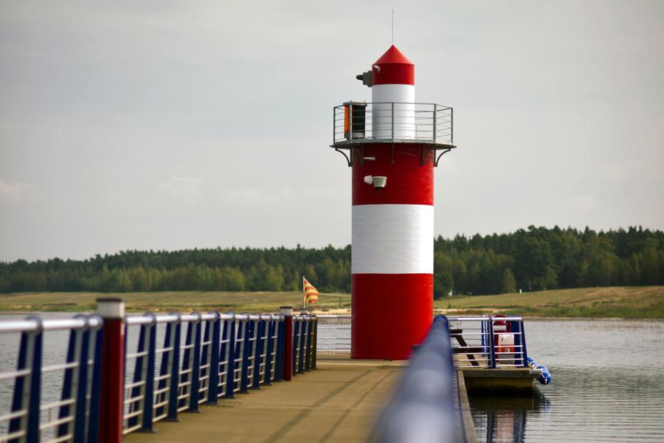 """Der Leuchtturm im Bärwalder See bei Klitten/Boxberg. Der 7,30 Meter hohe Leuchtturm der """"Marina Klitten"""" sorgt für Sicherheit an Sachsens größtem Gewässer."""