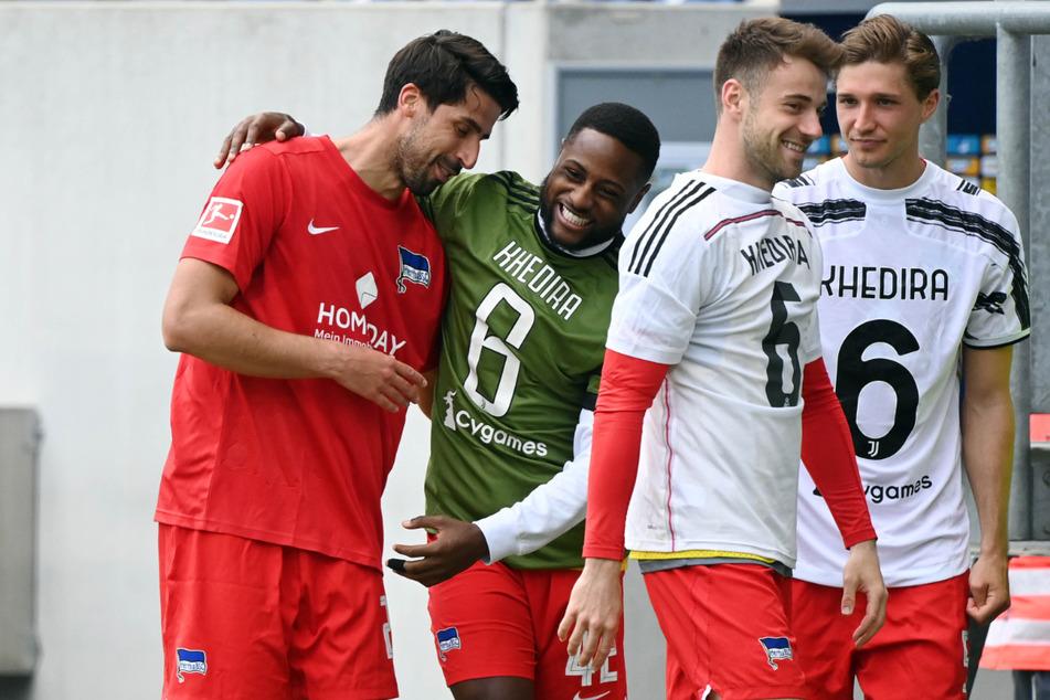 Sami Khedira (l.) verlässt nach 15 Jahren die große Fußballbühne. Die Teamkollegen Niklas Stark (r.), Lukas Klünter (2.v.r.) und Deyovaisio Zeefuik (2.v.l.) nehmen Abschied.