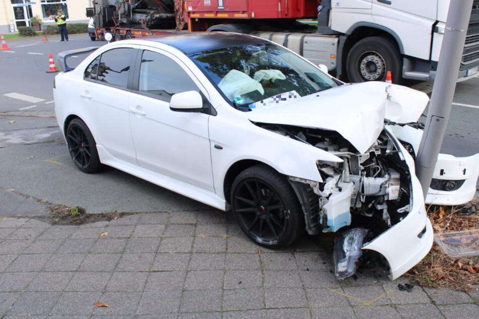 Frontalcrash in Leipzig! Sportwagen kracht beim Abbiegen gegen Laternenmast