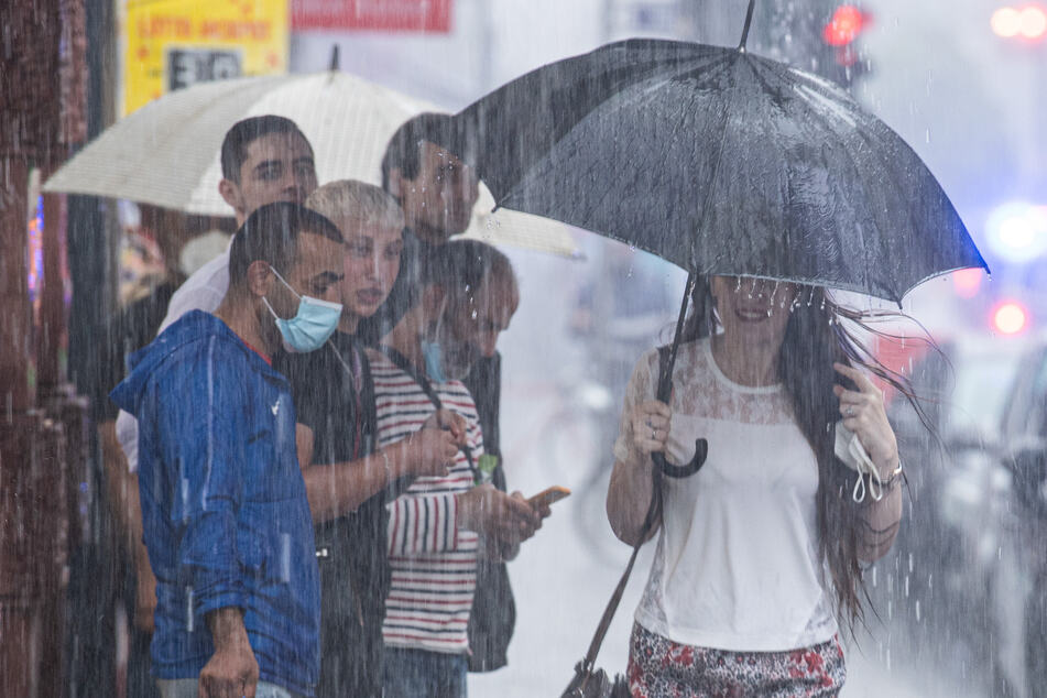 Gewitter und Starkregen: Solche Szenen wie hier in Frankfurt am Main soll es auch in der neuen Woche häufiger geben.