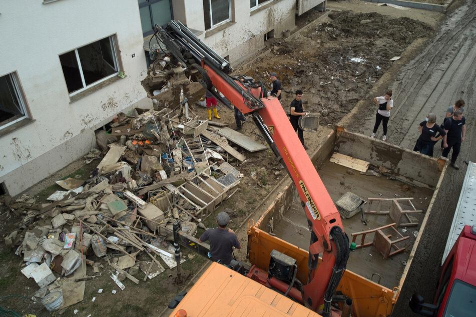 Ein Baukran arbeitet bei Aufräumarbeiten in Bad Neuenahr nach der verheerenden Flut.