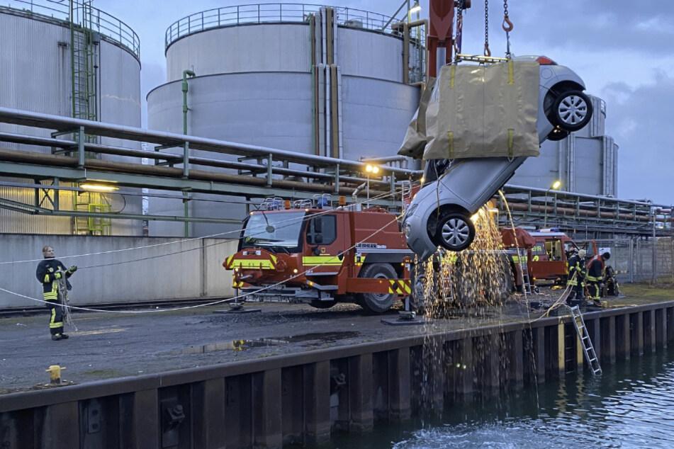 Angeln am Hafenbecken: Feuerwehr zieht Auto an Land