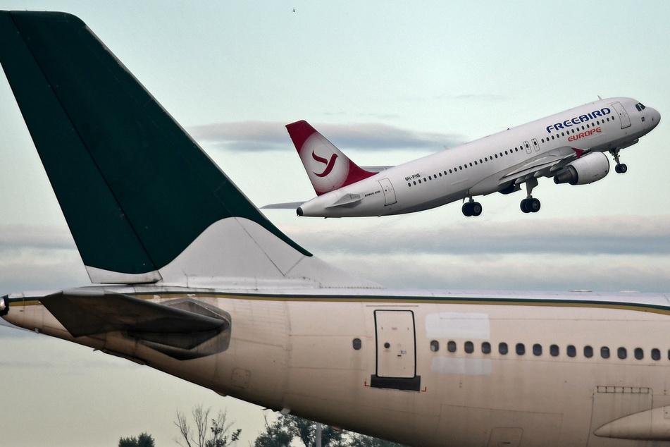 Eine Maschine der Freebird Airlines Europe hebt vom Leipziger Flughafen ab. Von dort werden nun wieder griechische Reiseziele angeflogen.