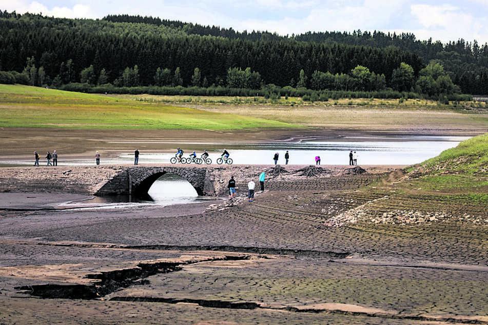 Die abgelassene Talsperre vor zwei Jahren. Zu sehen sind die Reste des 1932 versunkenen Dorfs.