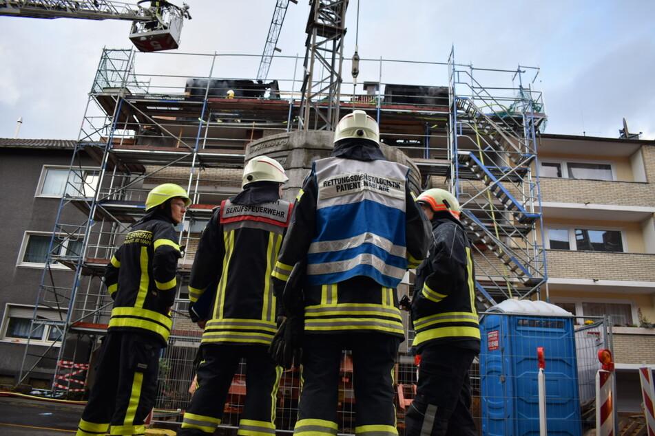Die Feuerwehr löscht derzeit einen Dachstuhlbrand in Köln-Niehl.