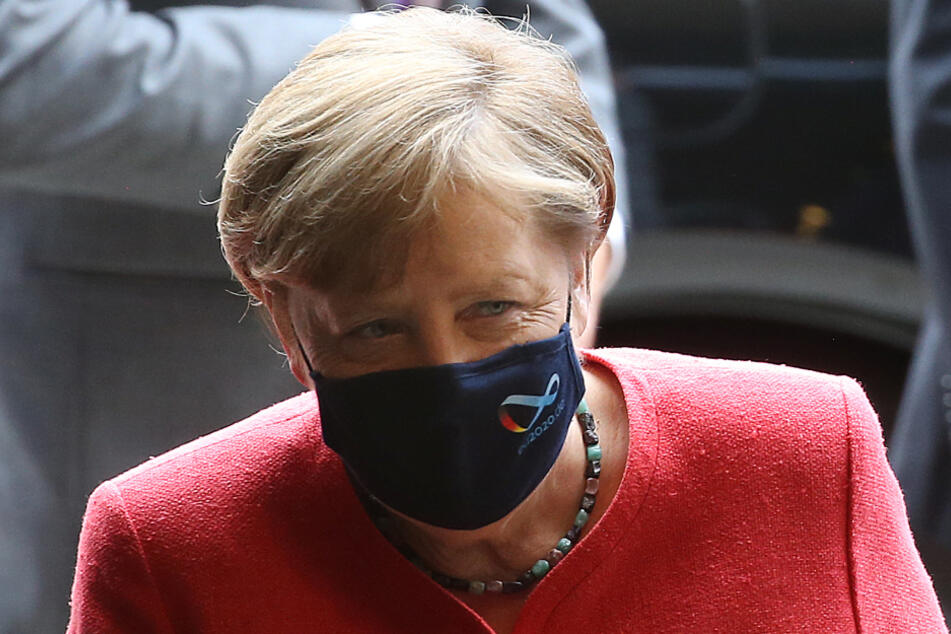 Mit Mund- und Nasenschutzmasken betritt Bundeskanzlerin Angela Merkel (CDU) den Bundesrat. Die Bundeskanzlerin hält eine Rede zu Zielen der EU-Ratspräsidentschaft.
