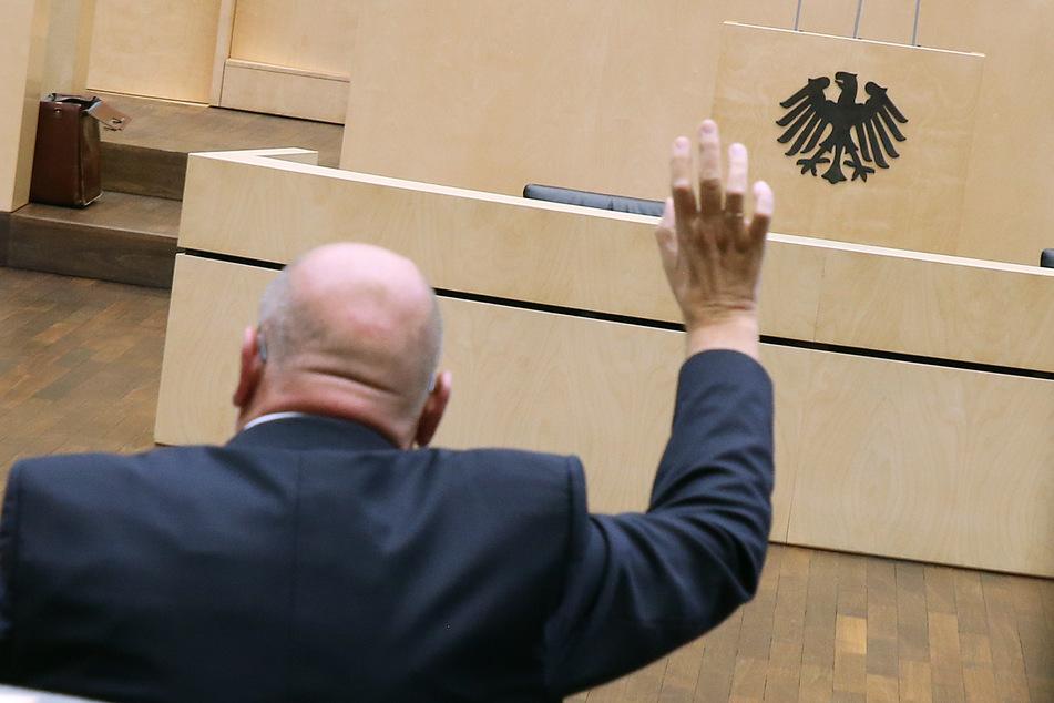 Ein Vertreter der Bundesländer stimmt im Bundesrat ab.