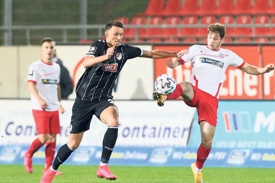 Türkgücüs Torjäger Petar Sliskovic (l.), einst kurzzeitig vom FSV Mainz an Dynamo Dresden ausgeliehen (August 2012 - Januar 2013), im Zweikampf mit dem Zwickauer Leon Jensen.
