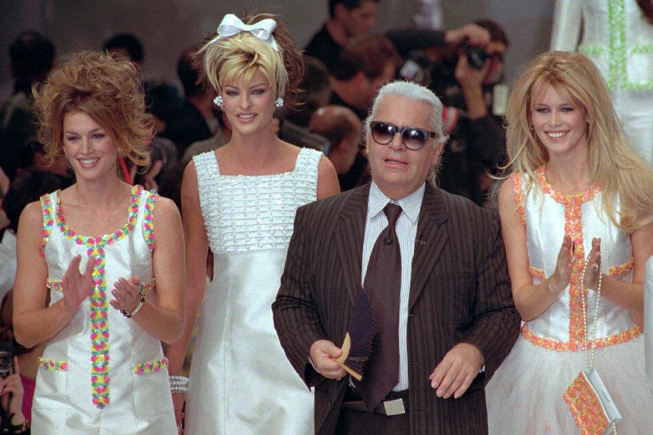 In den 90ern gehörten Cindy Crawford (55, l-r), Linda Evangelista (56) und Claudia Schiffer (51) zu den Supermodels. Die Aufnahme aus dem Jahr 1995 zeigt sie zusammen mit Karl Lagerfeld († 85).