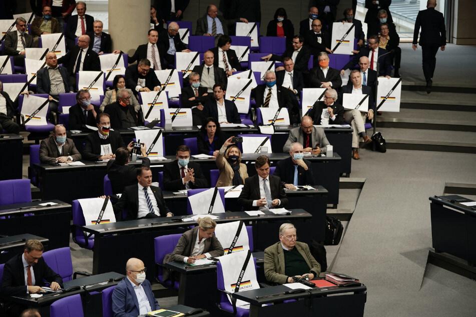 """Abgeordnete der AfD zeigten in der Debatte vor der Verabschiedung der Änderung des Infektionsschutzgesetzes Plakate, die den """"Tod"""" des Grundgesetzes darstellen."""