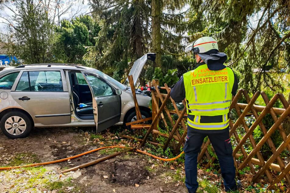Rentner verliert Kontrolle über sein Auto: Zwei Schwerverletzte