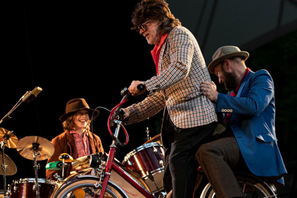 Helge Schneider (65, M) kommt mit Gitarrist Henrik Freischlader auf dem Fahrrad und Sohn Charly am Schlagzeug auf die Waldbühne.
