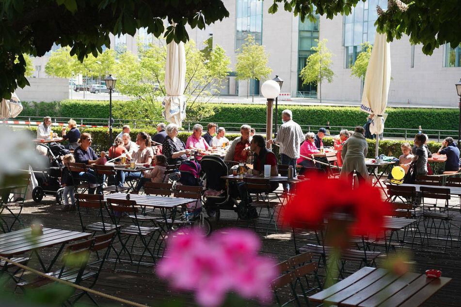 Im Mai 2020 ist ein Biergarten nahe dem Bundeskanzleramt gut besucht. Berliner Cafés und Restaurants mit Außenbereich sollen zu Pfingsten wieder öffnen dürfen.