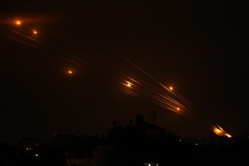 Raketen erhellen den Nachthimmel, als sie von Beit Lahia im nördlichen Gazastreifen in Richtung Israel abgefeuert werden.