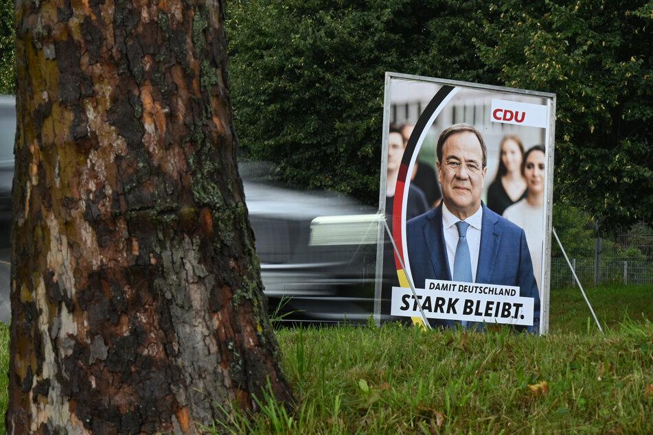 Armin Laschet (60, CDU) wirbt vor der Bundestagswahl mit Plakaten. In Köln wurde ein Exemplar mit einem geschmacklosen Spruch beschmiert. (Symbolbild)