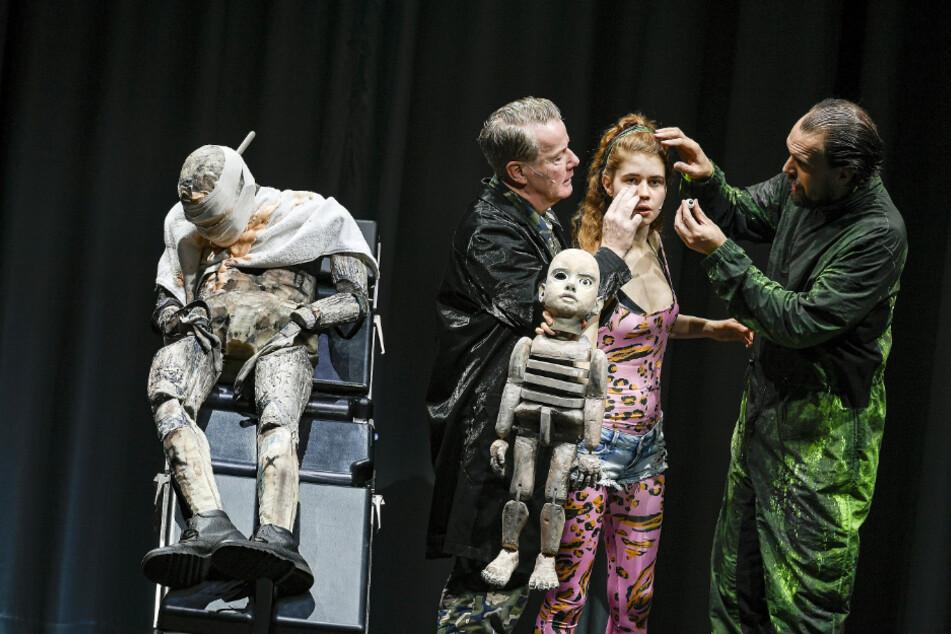 """In """"Woyzeck"""" stehen Torsten Ranft (l.) und Luise Aschenbrenner gemeinsam auf der Bühne des Schauspielhauses."""