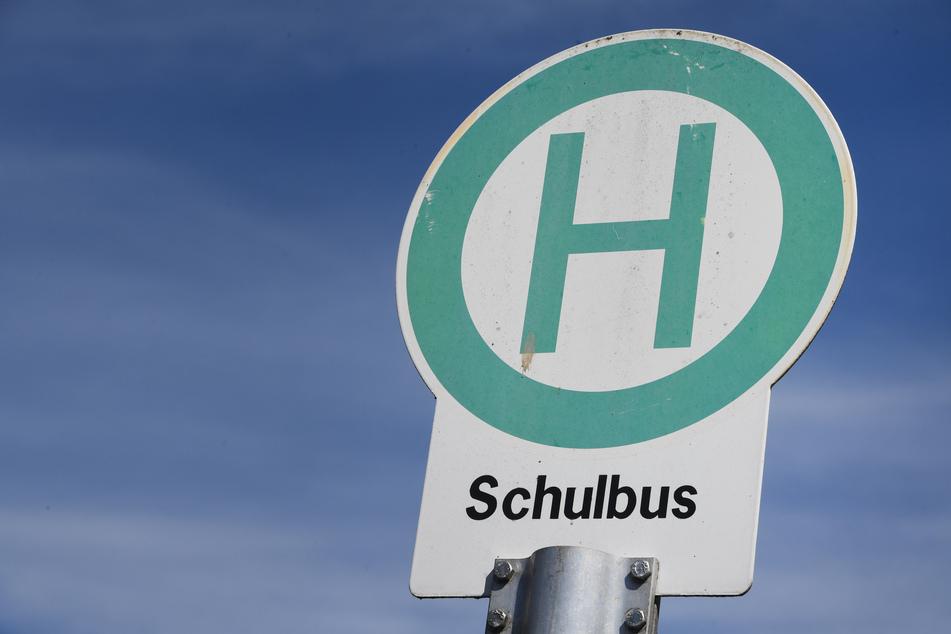 Eine Schulbushaltestelle, aufgenommen in der Ortschaft Stralsund im Landkreis Vorpommern-Rügen nahe einer Schule.