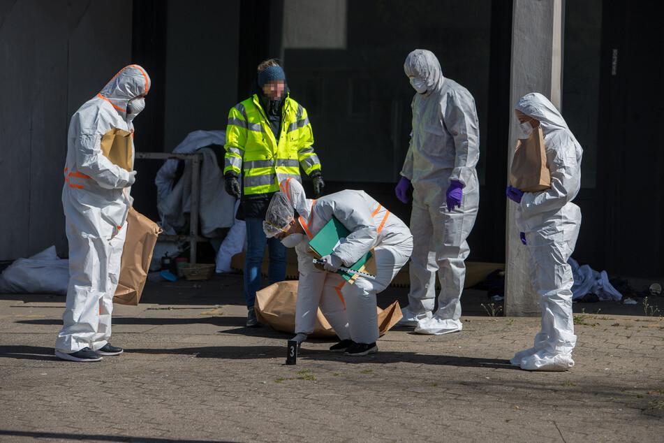 Mitarbeiter der Spurensicherung untersuchen den Tatort.