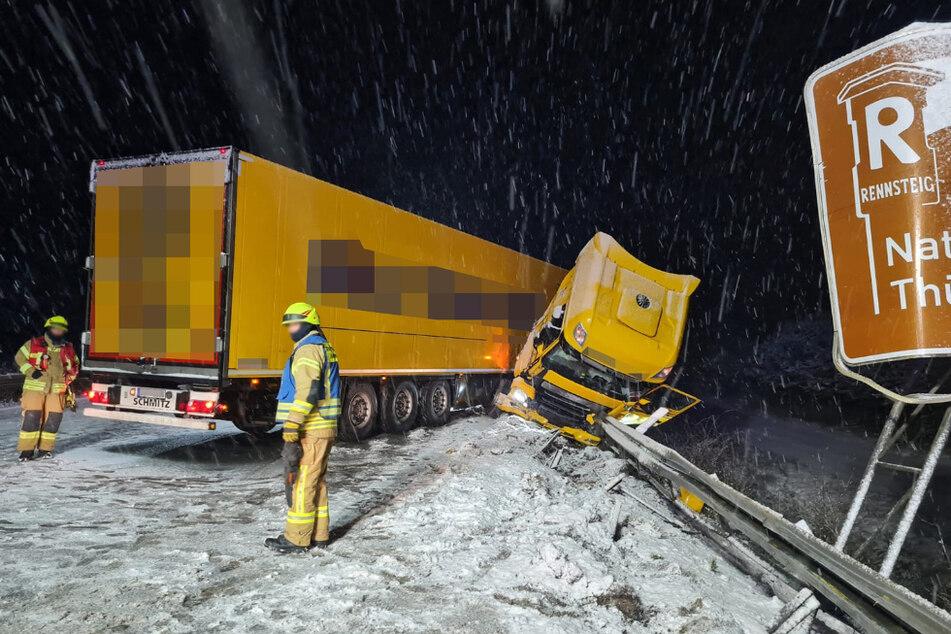 Auf winterglatter Straße geriet der Lkw ins Schleudern.
